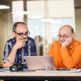 zwei Lehrer am Laptop